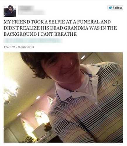Ảnh trích trong một bài đăng trên trang mạng xã hội có nội dung 'Bạn tôi chụp ảnh tự sướng trong một đám ma mà không hề nhận ra rằng xác bà cậu ta ở phía sau của bức ảnh. Tôi không thể thở được'.