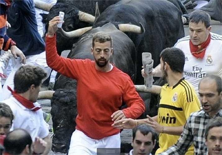 Tự sướng kiểu Tây Ban Nha: Vẫn tranh thủ pose ảnh dù bị bò tót đuổi sát nút.