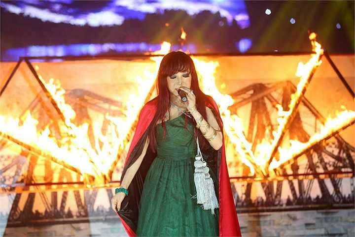 Trả nợ tình xa là tiết mục ấn tượng nhất của Bảo Yến. Trong cái nóng rừng rực của những ngọn lửa được đốt ngay trên sân khấu, nữ ca sĩ đã có màn trình diễn thật 'bốc lửa'
