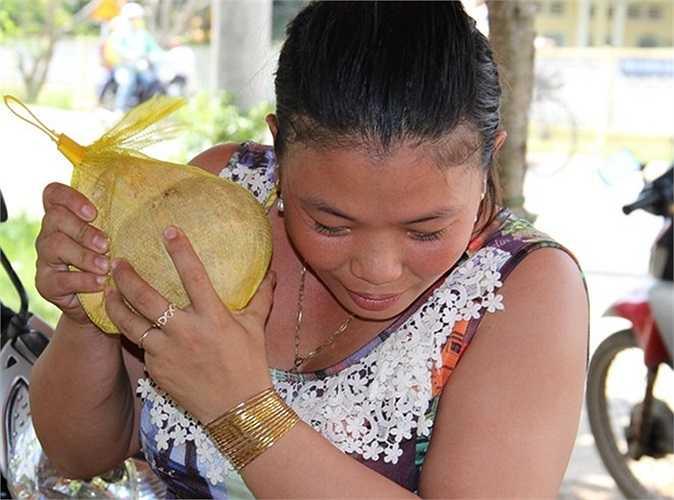 Dù chồng đã kiểm tra khi mua vào, chị Lâm Thị Kim Hoa tiếp tục kiểm tra độ sáp của trái dừa thêm lần nữa trước khi bán cho khách mang đi làm quà để tránh mất uy tín.
