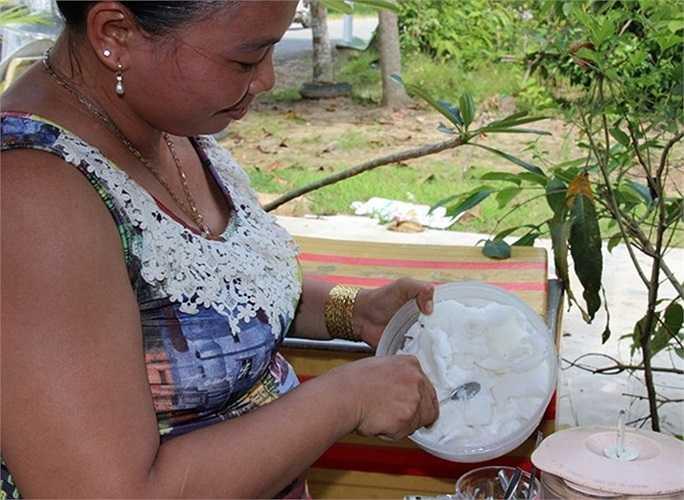 Ngoài bán dừa sáp cho du khách thưởng thức ven quốc lộ, mỗi ngày người phụ nữ này giao cho mối mang hàng trăm quả lên TP.HCM tiêu thụ.