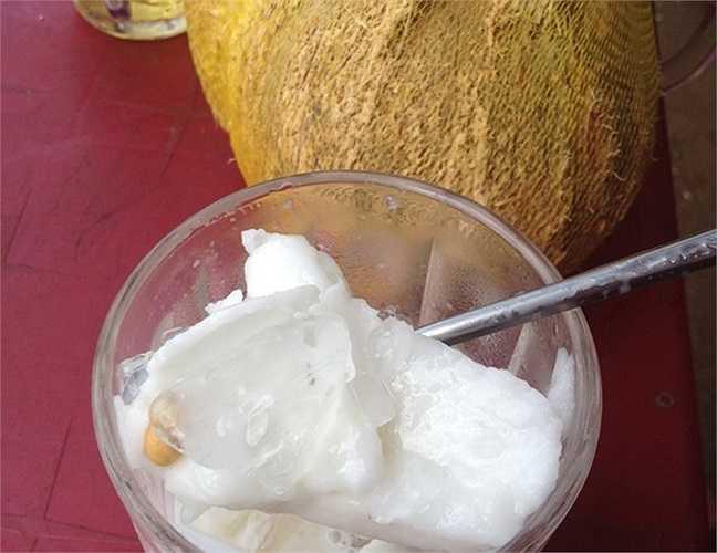 Dừa sáp trộn với một ít đường, sữa và đậu phộng rang rồi dầm nước đá ăn rất ngon.