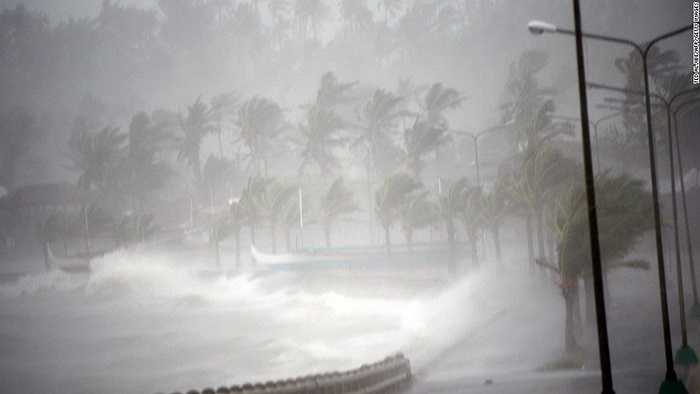 Gió lớn tấn công bờ biển Legazpi, Philippines