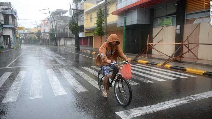 Người dân đạp xe cố trong mưa bão