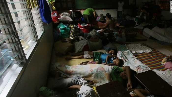 Người dân nằm vạ vật trong một trại tị nạn ở Legazpi
