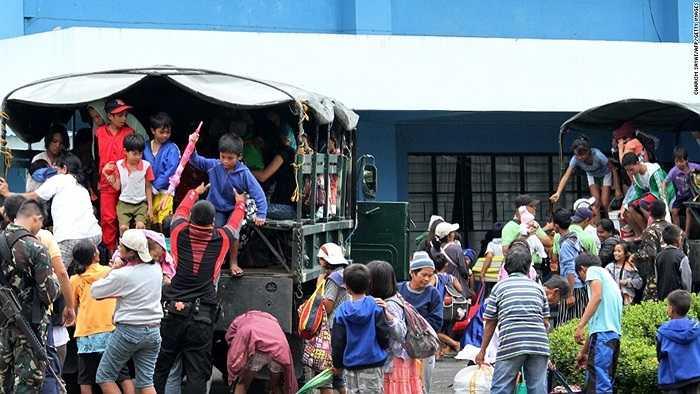 Người dân được đưa lên xe đi sơ tán