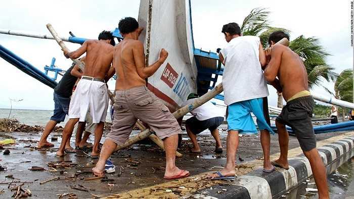 Các ngư dân gia cố thuyền bè trước khi bão đổ bộ hoàn toàn