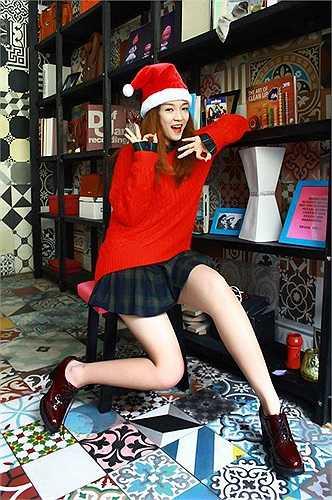 Cũng xuất phát từ cuộc thi Giọng hát Việt 2012, Đinh Hương gây ấn tượng với sự trẻ trung, nhí nhảnh và dễ thương trong bộ ảnh giáng sinh.