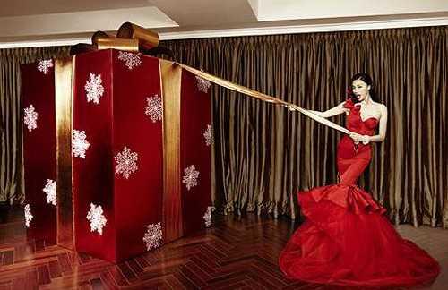 Đả nữ Ngô Thanh Vân lộng lẫy trong bộ đầm đỏ rực, vô cùng quyến rũ và đầy thu hút khi cô nàng cố gắng mở hộp quà giáng sinh 'bự'.
