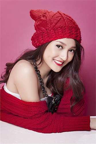 Trưởng thành từ cuộc thi The Voice 2012, 'Taylor Swift phiên bản Việt' Bảo Anh đẹp hút hồn với gam màu đỏ và nụ cười rạng rỡ.