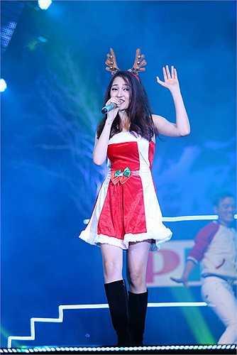Trong một chương trình ca nhạc, nữ ca sỹ trông vô cùng trẻ trung, tươi tắn khi thể hiện ca khúc Santa Claus is coming to town.