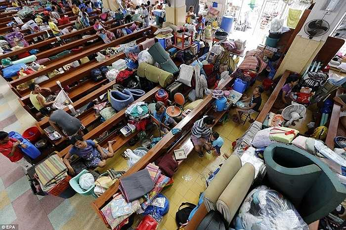 Nhiều gia đình chọn nhà thờ là nơi trú ẩn