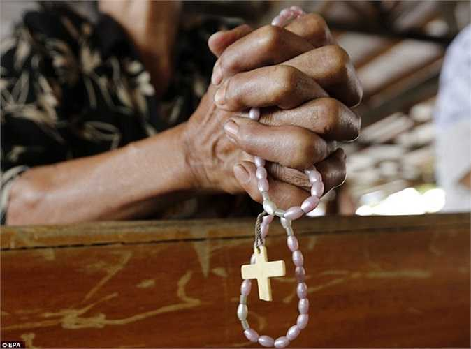 Vòng tay thánh giá của người dân dùng để cầu nguyện