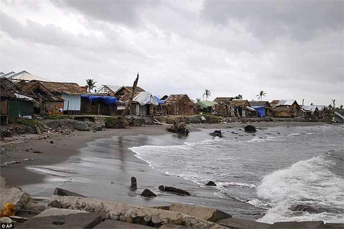 Những ngôi nhà ven biển đã bị bỏ không trước khi bão tới