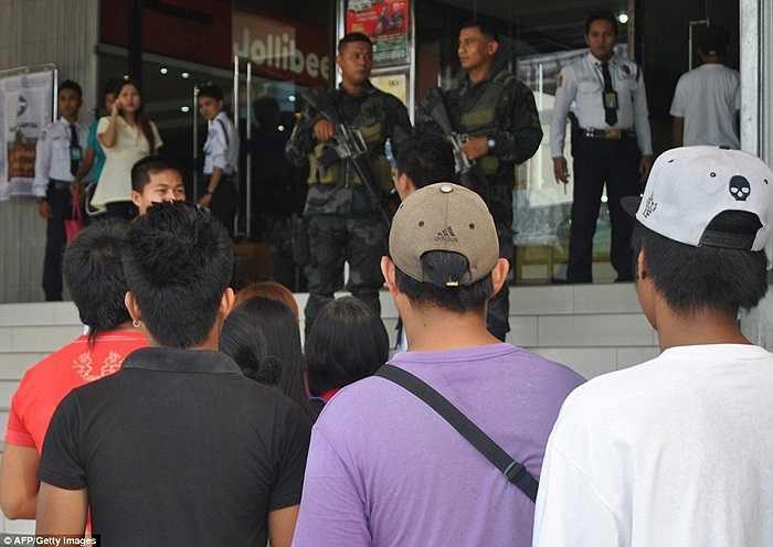 Cảnh sát canh gác tại các trung tâm mua sắm, khống chế tình trạng lộn xộn