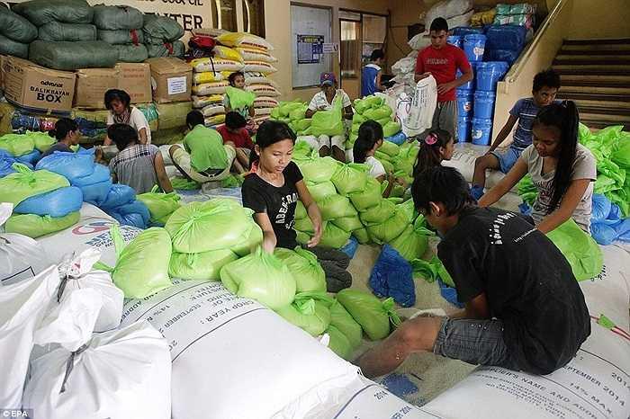 Gạo được đóng gói chờ phát cho người dân
