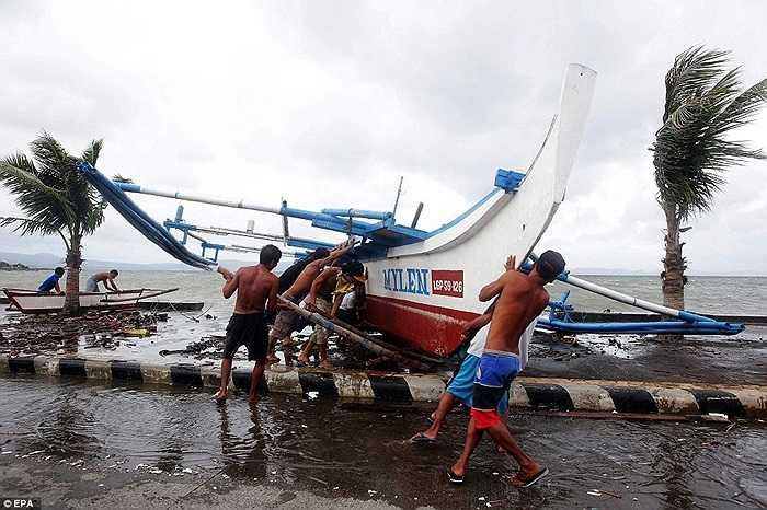 Ngư dân tìm cách cố định tàu trước sóng, gió của bão
