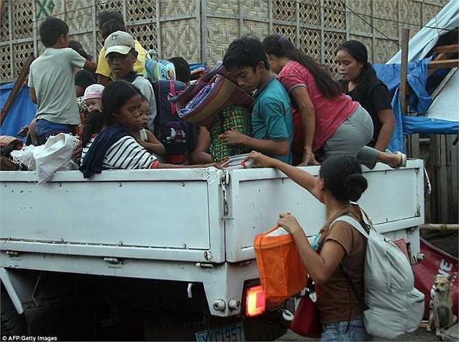 Người dân dùng các xe tải nhỏ để sơ tán