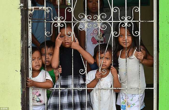 Trẻ em được sơ tán đến các trường học