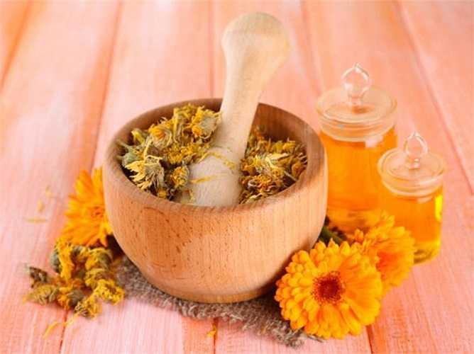 Một số cây hương liệu có mùi hương rất hiệu quả giảm chứng đau đầu. Mùi hương của hoa oải hương, hoa cúc và tinh dầu hương thảo đã được chứng minh hiệu quả giúp bạn thư giãn cơ thể từ đó làm giảm chúng đau đầu.