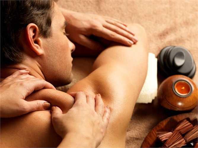 Massage cổ: Bạn có thể nhờ người để xoa bóp cổ và lưng của bạn. Điều này có tác dụng giảm nhẹ căng thẳng và áp lực đồng thời tăng cường lưu thông máu lên đầu giúp bạn đi qua cơn đau ngay lập tức.