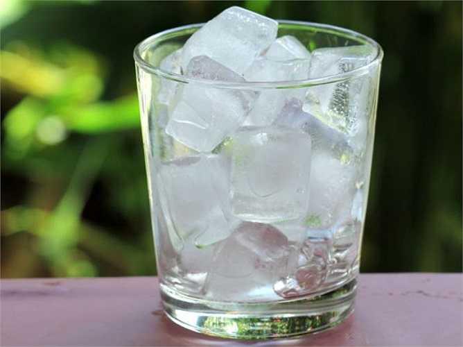 Sử dụng một túi nước đá hay miếng gạc lạnh trên trán. Nó thể hạ nhiệt tạm thời cơn đau đầu bùng phát. Đây là một phương thuốc tốt điều trị chứng nhức đầu liên quan đến stress và căng thẳng.