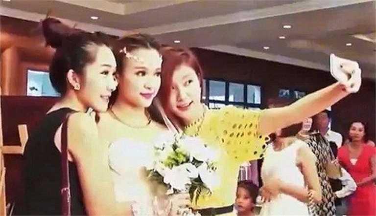 Cô dâu Huyền Baby chụp ảnh cùng hai người bạn thân Emily và Hạnh Sino.