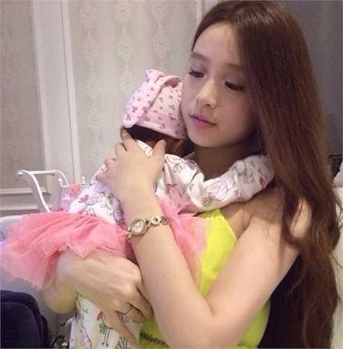 Tháng 11/2013, Huyền Baby sinh con gái đầu lòng. Tuy mới sinh, nhưng Huyền vẫn giữ được vóc dáng vóc dáng thon gọn.