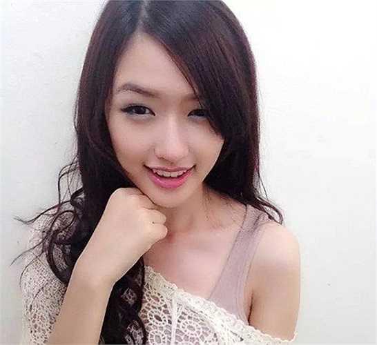 Không chỉ sở hữu nhiều nét tương đồng trên gương mặt với Hoa hậu Việt, Phương Chi còn sở hữu thân hình đạt chuẩn với nước da trắng và chiều cao 1m71.