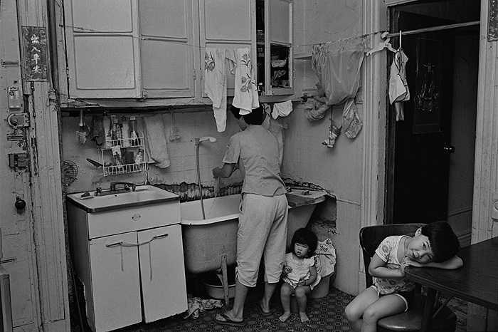 Những đứa trẻ bên trong một căn hộ
