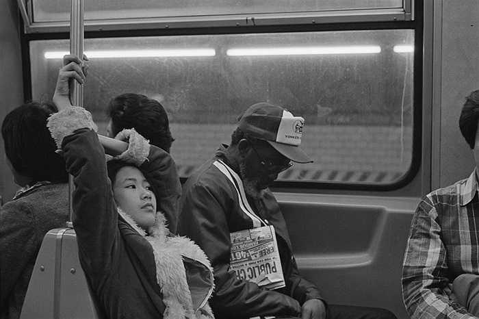 Cô gái gốc Hoa ngồi trên tàu điện New York