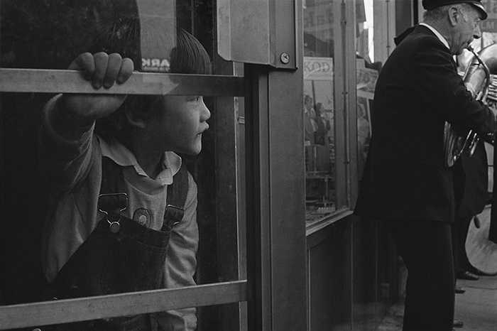 Một cậu bé người Hoa nhập cư trên đường phố New York