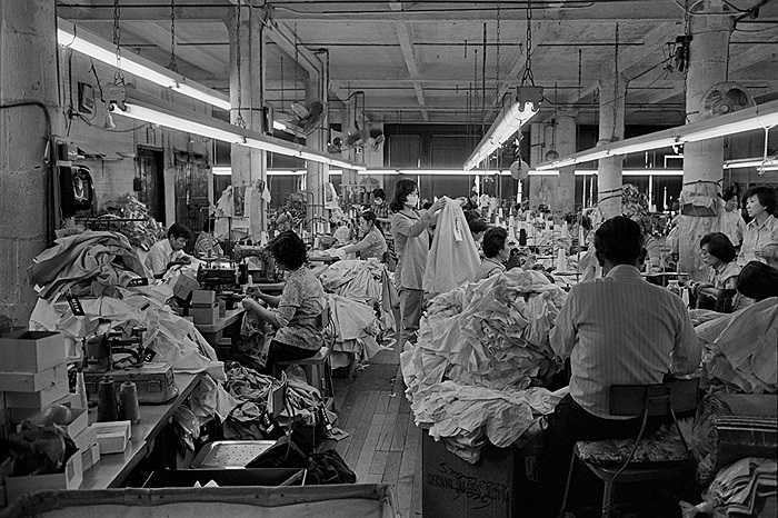 Bên trong một công xưởng may có các công nhân người Hoa