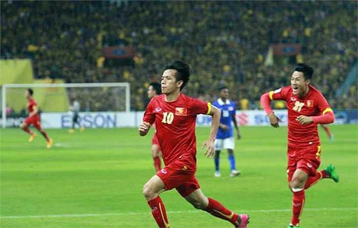 Tiền vệ của Hà Nội T&T ngoặt bóng loại bỏ 1 hậu vệ áo xanh, trước khi cứa lòng kỹ thuật vào góc xa