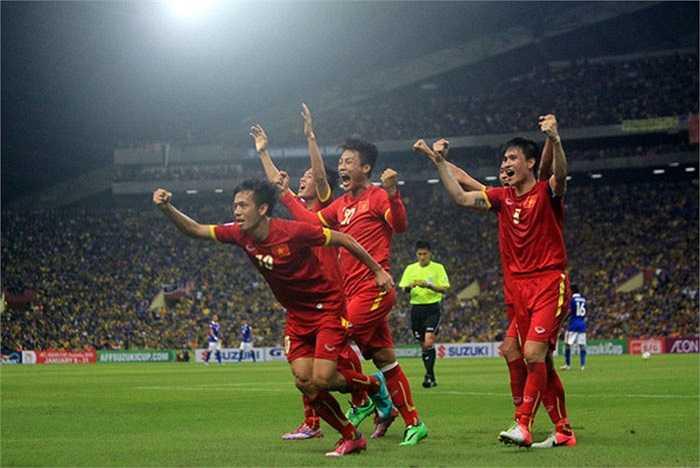 Từ chỗ bị dẫn bàn và bị trọng tài xử ép, ĐT Việt Nam đã ngược dòng thành công để thắng lại 2-1
