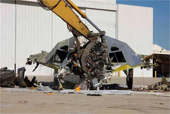 Cần cẩu nghiền nát chiến cơ ném bom tàng hình đã nghỉ hưu của không quân Mỹ