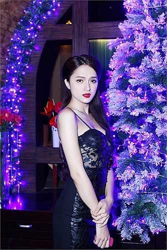 Không chỉ là một trong những ca sỹ đắt show diễn bar, Hương Giang còn nhận được nhiều lời mời tham gia hát tại phòng trà nơi dành cho các ca sỹ mạnh về giọng hát.