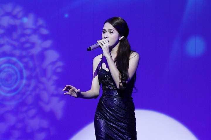 Không quá màu mè hay khoe vũ đạo, Hương Giang Idol diện trang phục gợi cảm vừa đủ