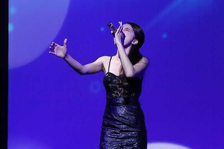 Cô thể hiện lại những bản hit của mình như Ngừng nhớ về anh, Cảm thấy mệt mỏi,...đầy tâm trạng và da diết.
