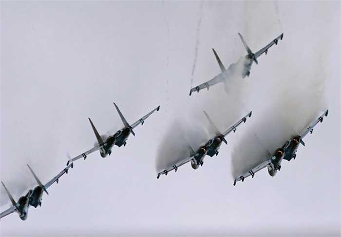 Hiệp sỹ Nga sử dụng các chiến cơ Su-27 để biểu diễn