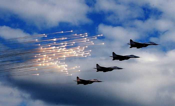 Một màn biểu diễn với pháo sáng của đội bay Chim Yến