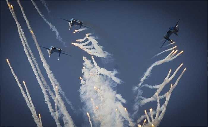 Một màn nhào lộn bắn pháo sáng của đội bay Hiệp sỹ Nga