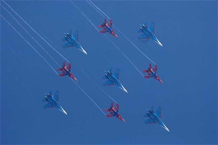 Trong khi đó, Chim Yến lại sử dụng các chiến cơ MiG-29 cho việc biểu diễn