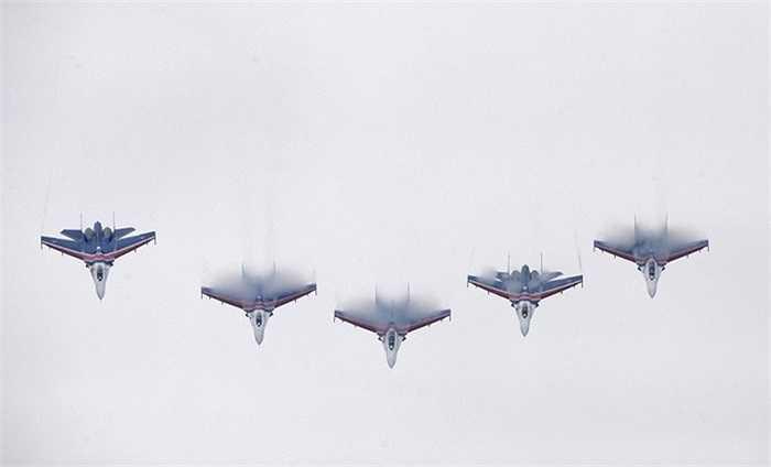 Khoảng cách gần nhất mà các thành viên Hiệp sỹ Nga có thể tạo ra giữa các chiến cơ Su-27 chỉ là 3m