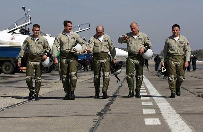 Để trở thành phi công bay biểu diễn cần có ít nhất 1.000 giờ bay trước đó