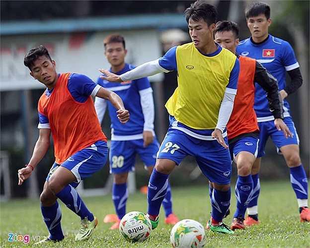 Tối 3/12, ĐTVN mới đặt chân đến Kuala Lumpur, nhưng ngay sáng hôm sau thầy trò HLV Miura đã ra sân tập. Toàn đội khởi động và đá bóng ma trước khi tập những miếng đánh chiến thuật.