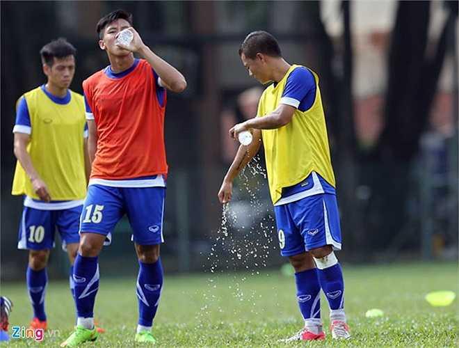 Các tuyển thủ liên tục phải uống nước sau mỗi 10 phút tập luyện vì thời tiết nóng và oi bức ở Malaysia.