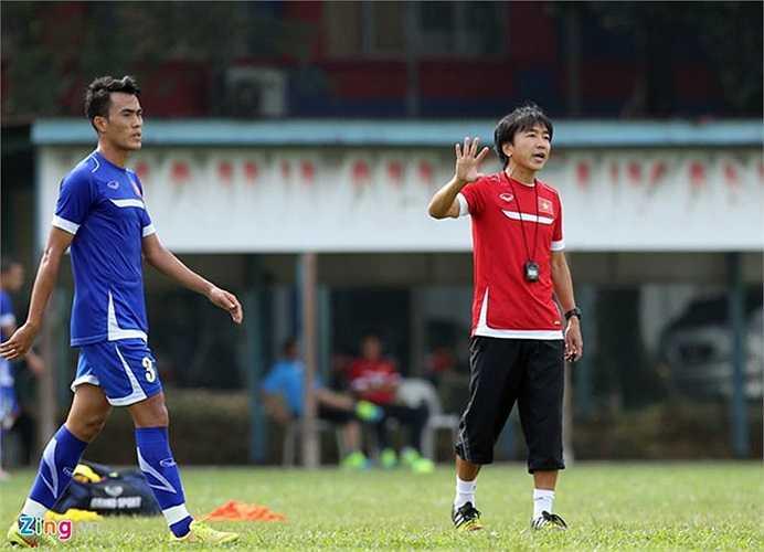 Sau màn khởi động, BHL chia đôi đội hình tập chiến thuật trên 2 nửa sân thi đấu. HLV Miura chủ yếu rèn các miếng tấn công biên để đối phó với đối thủ Malaysia.
