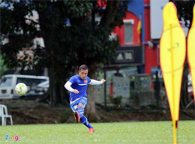 Đinh Thanh Trung nỗ lực tập luyện với quyết tâm giành suất đá chính ở trận bán kết lượt đi, thay Vũ Minh Tuấn (treo giò vì 2 thẻ vàng ở vòng bảng).