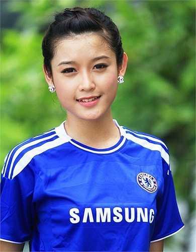 Huyền My rất thích thực hiện các bộ ảnh quảng cáo với chiếc áo đấu của Chelsea.